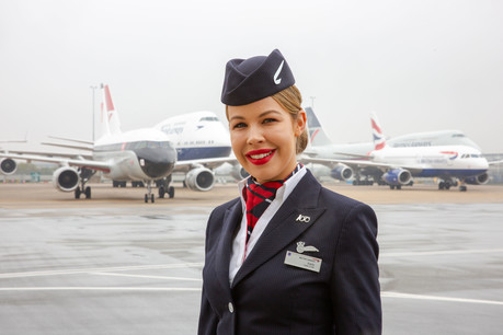 Colaboradores de la aerolínea con los aviones con liveries especiales al fondo.
